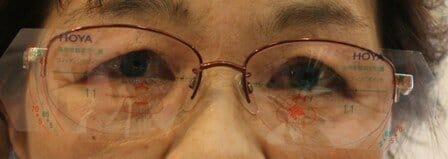 眼鏡を軽く