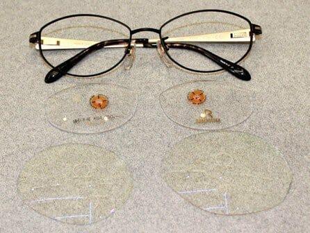 新しい眼鏡と未加工レンズ