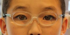 本人の目でレンズ中心と目の中心一致を確認