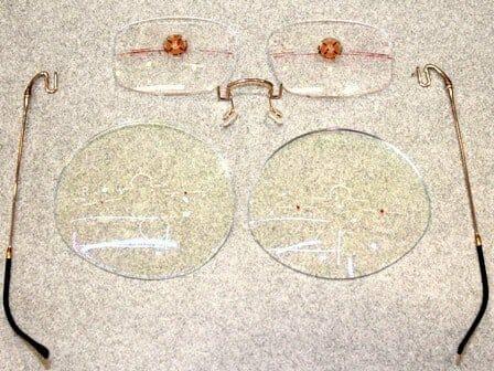 加工前のレンズとメガネ部品の写真