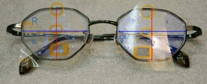 フレーム・レンズ部の中心に目の中心が位置するものを選択