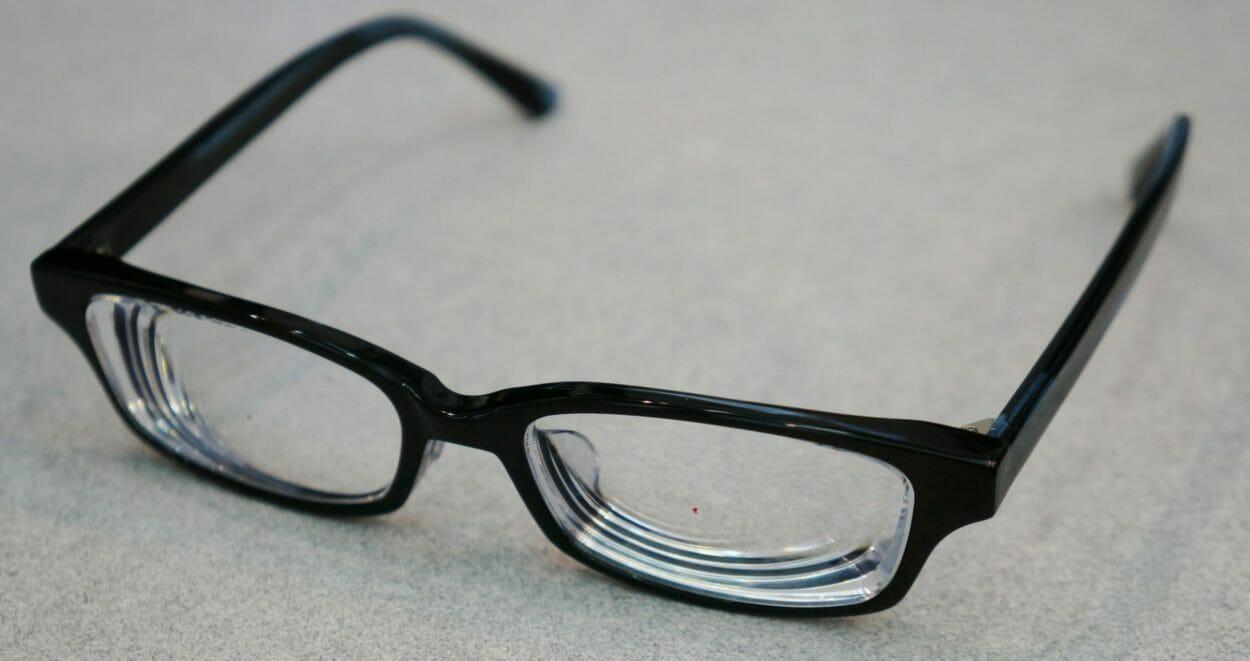 斜め上からの眼鏡概要